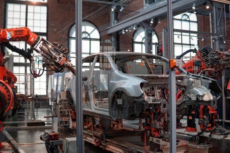 coches en fabrica robotizada