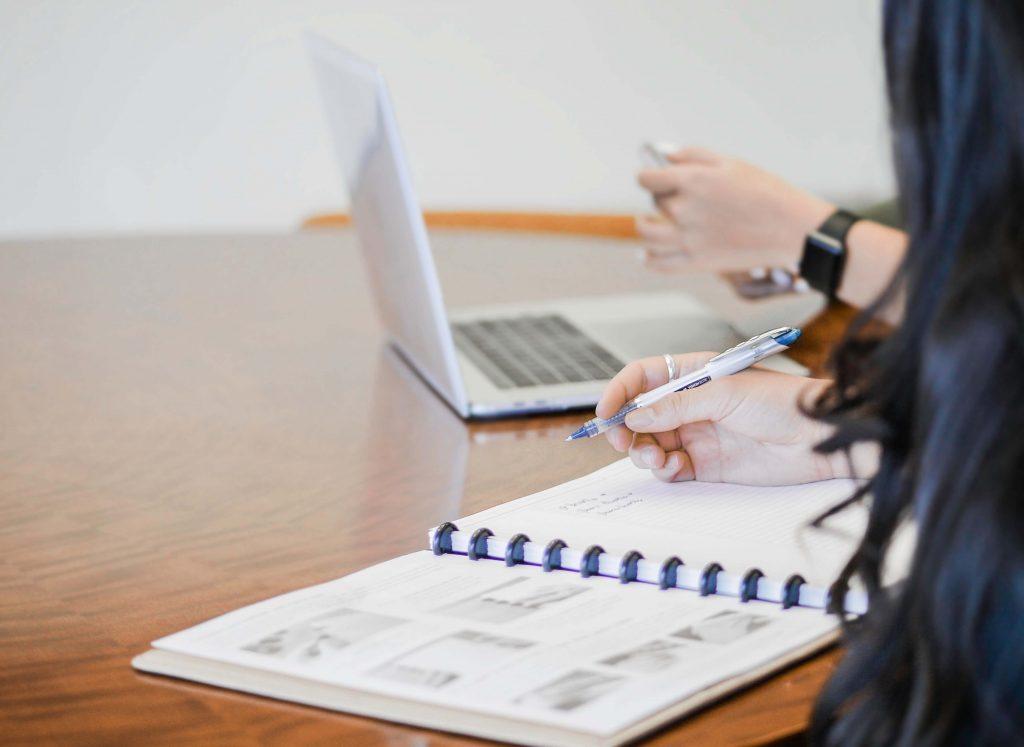 Beneficios de la educación online para chicos. Alumna en clase, computador y cuaderno apuntes