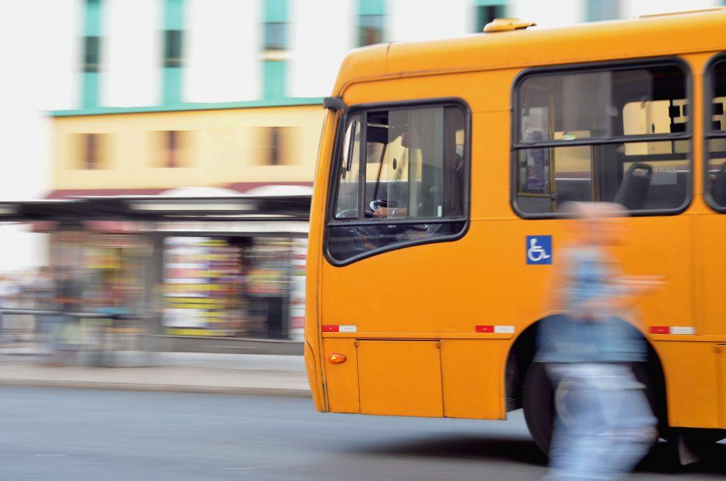 Beneficios de la educación online para chicos. El uso de bus escolar no es necesario en educación online.