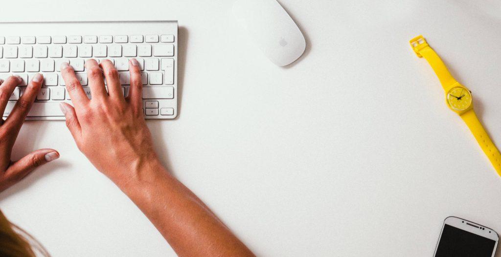 Beneficios de la educación online para chicos. Limpio y ordenado lugar de estudio